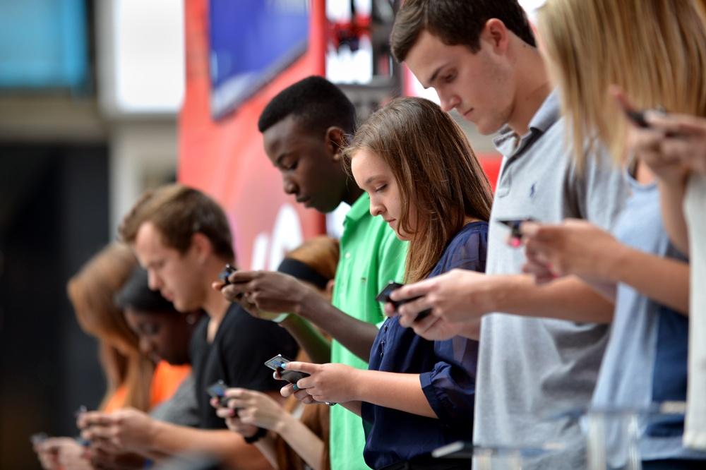 millenialls-on-phones
